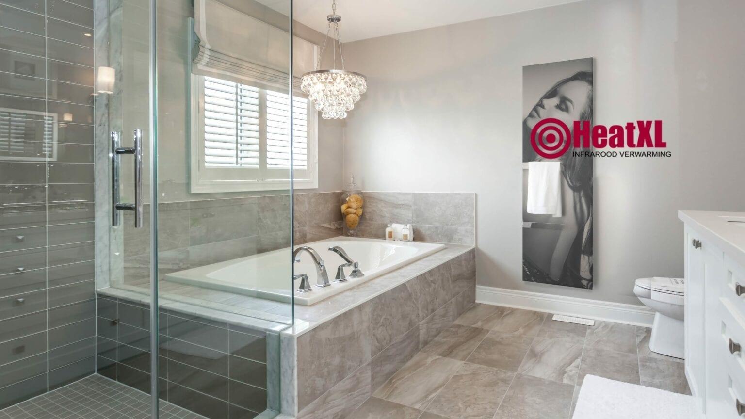 Handdoekdroger infraroodpaneel met foto in badkamer bijverwarming